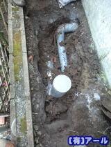 屋外の排水管の交換工事の様子