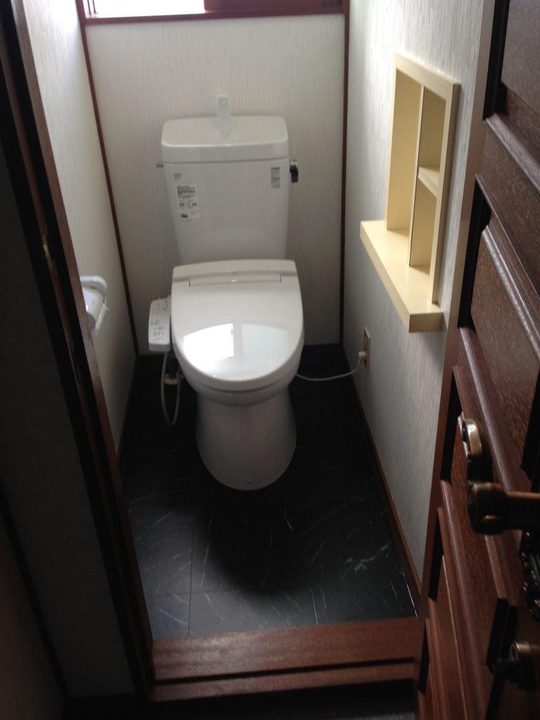 札幌市東区でのトイレ水漏れ修理です。 イナックストイレセット交換