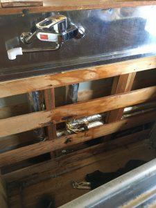 キッチン裏水道管水漏れ